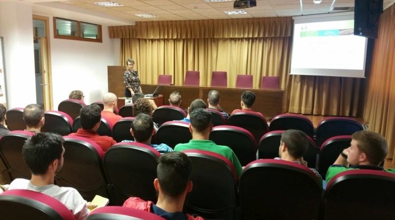 La Presidenta informa a los estudiantes sobre la profesión y el Colegio